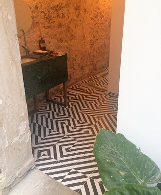 Hall in geometric black and white cement tiles in Liverpool England,Contemporary stil cement tiles for kitchen in Bristol England, Cimenterie de la Tour