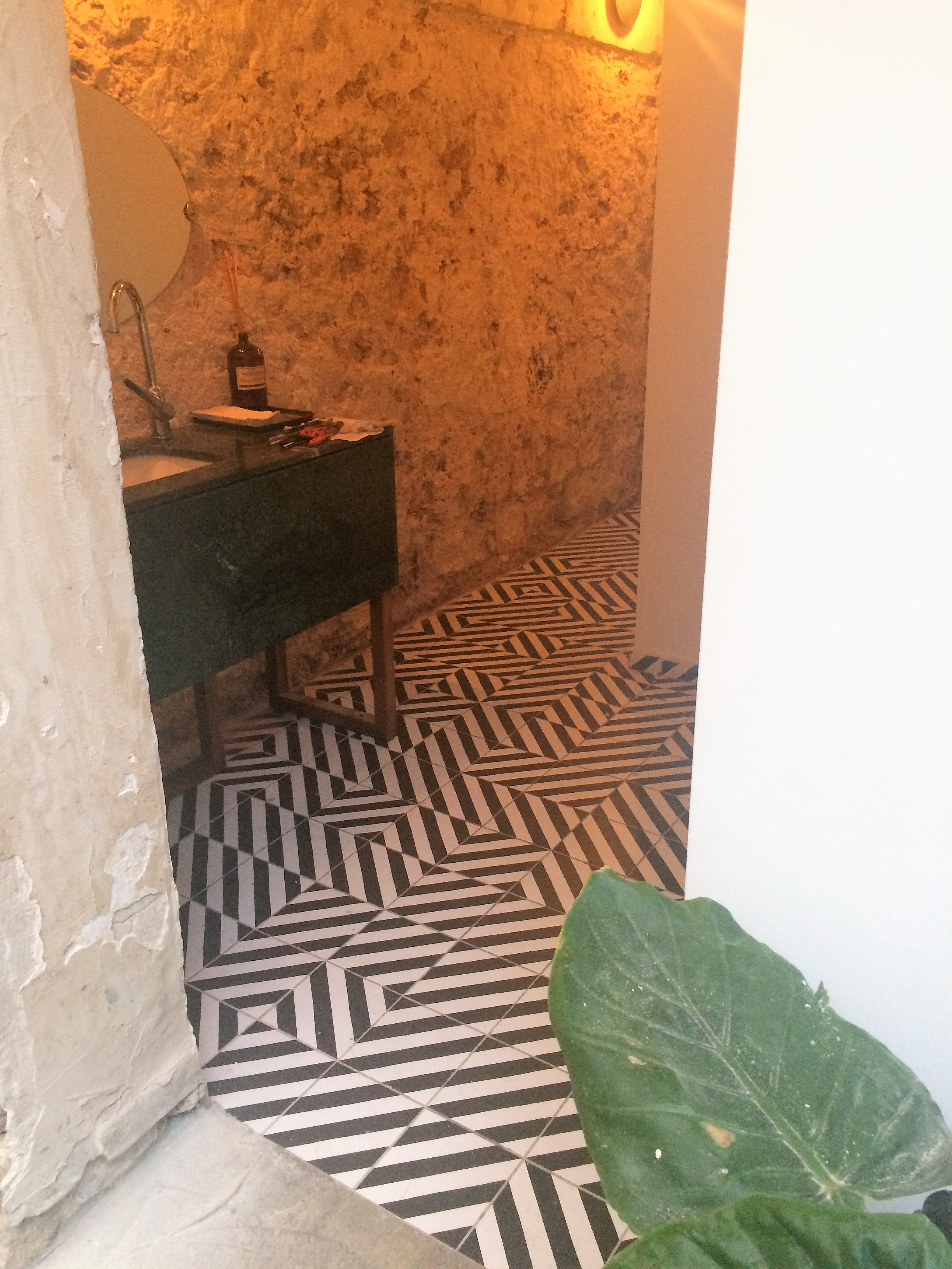 Geometric cement tiles floor hall in Bristol England, Contemporary stil cement tiles for kitchen in Bristol England, Cimenterie de la Tour