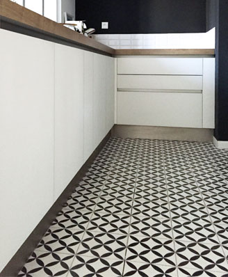 Kitchen in floral black and white cement tiles in Cardiff England,Contemporary stil cement tiles for kitchen in Bristol England, Cimenterie de la Tour