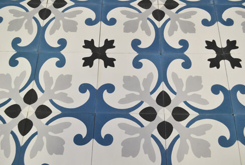 Blue and floral cement tiles kitchen in Birmingham England, Cimenterie de la Tour