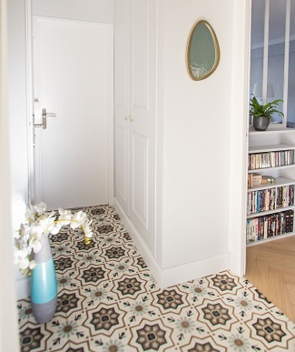 Hall in cement tiles blue and green in London Cimenterie de la Tour