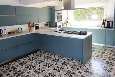Kitchen floor in modern cement tiles in Newcastle by Cimenterie de la Tour