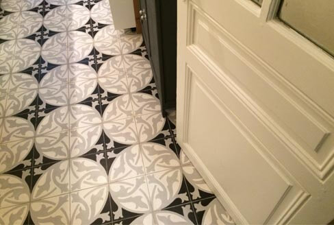 Kitchen floor in floral black and white cement tiles in Nottingham by Cimenterie de la Tour
