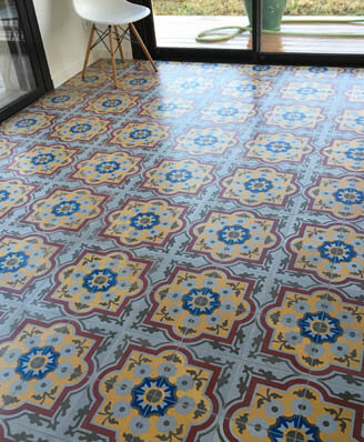 Sojourn and kitchen in colored cement tiles in Nottingham by Cimenterie de la Tour